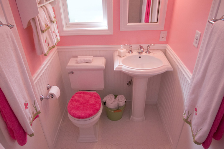 eclectic-pink-bathroom-pedestal-sink